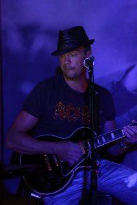 Sergey Krimski - Vokal, Gitarre